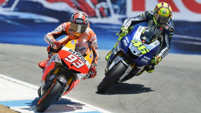 Laguna Seca, Marc Marquez (Honda) resiste a Valentino Rossi (Yamaha) al Cavatappi