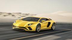 Lamborghini Aventador S: convogliatori d'aria ai lati del frontale riducono l'interferenza aerodinamica delle ruote