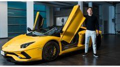 Lamborghini Aventador S Roadster per Paulo Dybala: il momento del ritiro dell'auto