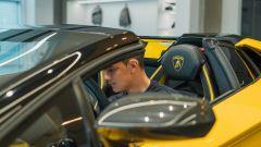 Lamborghini Aventador S Roadster per Paulo Dybala: l'attaccante seduto in auto