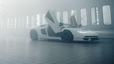 Lamborghini Countach LPI 800-4: la supercar con le portiere aperte