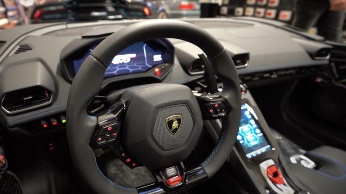 Lamborghini Huracan Evo RWD Aperta: l'abitacolo di questa speciale barchetta, senza parabrezza
