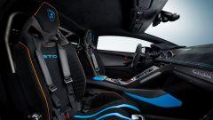 Lamborghini Huracan STO: interni spogli e con fibra di carbonio a vista