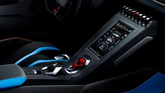 Lamborghini Huracan STO: lo schermo touch nella consolle centrale