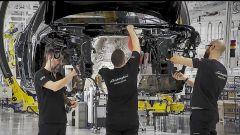 Lamborghini Urus: un fotogramma del video sulla linea di montaggio