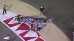Lance Stroll (Racing Point) cappottato dopo il contatto con Daniil Kvyat