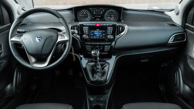 Lancia Ypsilon Ecochic 1.0 Hybrid Maryne, gli interni