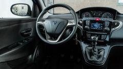 Lancia Ypsilon Ecochic 1.0 Hybrid Maryne, il volante