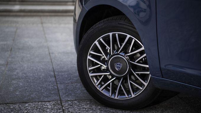 Lancia Ypsilon Hybrid Ecochic 2021: i cerchi da 15