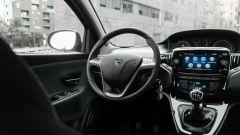 Lancia Ypsilon Hybrid Ecochic 2021: il posto guida