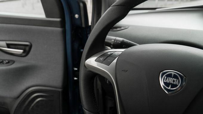 Lancia Ypsilon Hybrid Ecochic 2021: volante con i tasti multifunzione