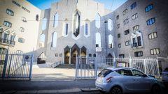 Lancia Ypsilon Mya davanti alla chiesa di San Francesco d'Assisi al Fopponino a Milano progettata da Gio Ponti