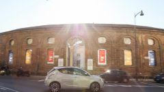 Lancia Ypsilon Mya davanti alla Rotonda della Besana di Milano, sede del MUBA