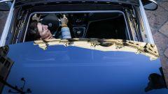 Lancia Ypsilon Mya e il tettuccio con il riflesso di Love, il dito medio di Cattelan in piazza Affari a Milano