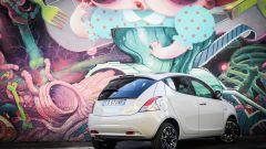 Lancia Ypsilon Mya e un dettaglio del murale di Krio al Leoncavallo di Milano