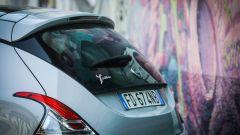 Lancia Ypsilon Mya, il posteriore e i murales del Leoncavallo a Milano