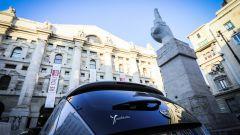 Lancia Ypsilon Mya parcheggiata sotto a Love, il dito medio di Cattelan in piazza Affari a Milano