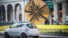 Lancia Ypsilon Mya passa davanti al Grande Disco di Arnaldo Pomodoro in piazza Meda a Milano