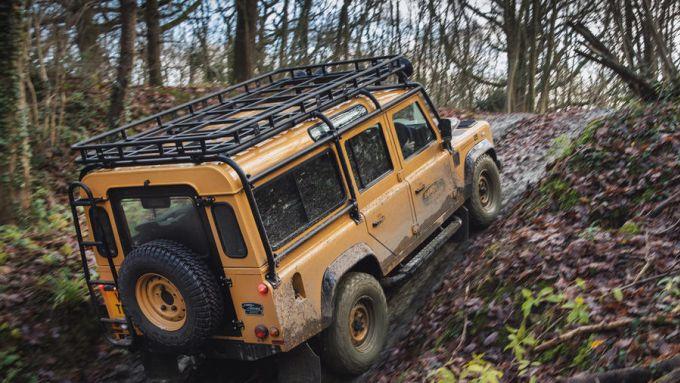 Land Rover Classic: il Defender Camel Trophy impegnato in un passaggio difficile