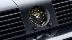 Land Rover Classic: un dettaglio dell'orologio analogico griffato