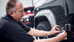 Land Rover Classic: un tecnico applica la targhetta Defender Classic Works