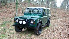 Land Rover Defender 110: frontalmente il 4x4 ha guadagnato due nuovi fari aggiuntivi