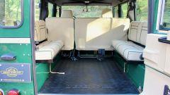 Land Rover Defender 110: grazie alle due panche posteriori il fuoristrada accoglie altre 4 persone