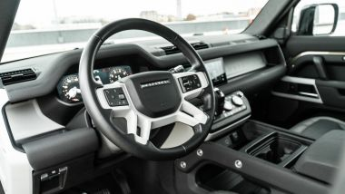 Land Rover Defender 110 P400 First Edition, il posto guida