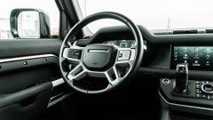 Land Rover Defender 110 P400 First Edition, il volante