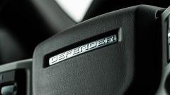 Land Rover Defender 110 P400: da fuoristrada a SUV, ma è sempre lei - Immagine: 13