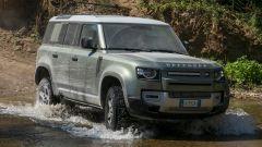 Land Rover Defender 110 va forte nei guadi