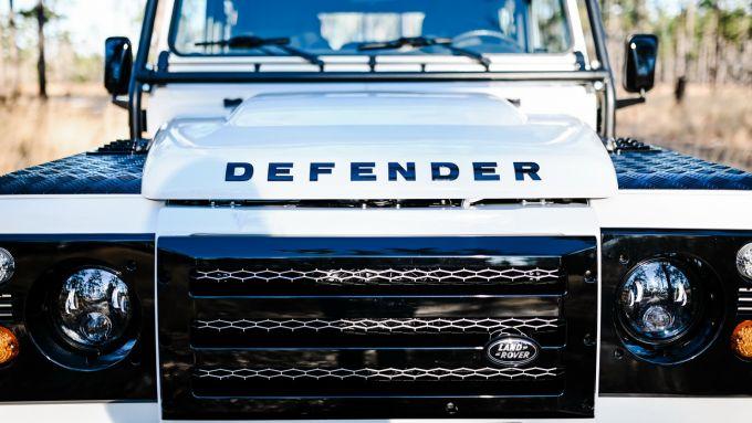 Land Rover Defender 130 Restomod: la griglia custom