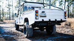 Land Rover Defender 130 Restomod: visuale di 3/4 posteriore