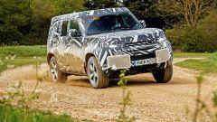 Land Rover Defender 2020: passaggio in fuoristrada