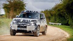 Land Rover Defender 2020: passaggio in velocità su terra
