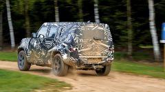 Land Rover Defender 2020: vista di 3/4 posteriore