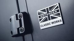 Land Rover Defender 90: lo stemma Defender Classic Works