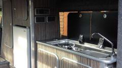 Land Rover Defender camper: la cucina