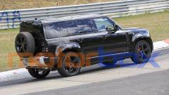 Land Rover Defender V8 2020: evidenti i nuovi freni con le pinze rosse