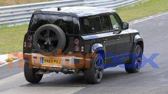 Land Rover Defender V8 2020: visuale di 3/4 posteriore