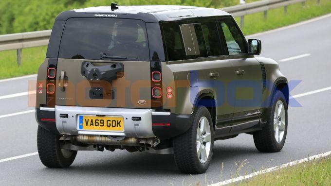 Land Rover Defender V8 2021, i quattro scarichi tradiscono il motore V8