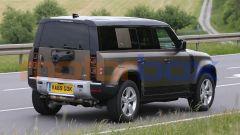 Land Rover Defender V8 2021, vista 3/4 posteriore