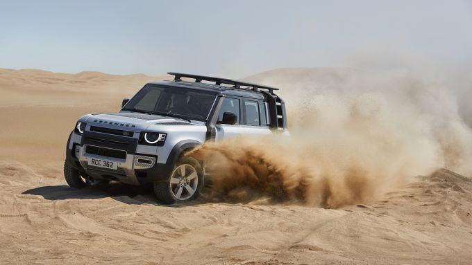 Land Rover Defender V8: la 4x4 inglese in versione normale impegnata sulla sabbia