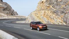 Land Rover Discovery 2017, su strada è confortevole. Ma meno di una Range