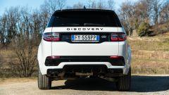 Land Rover Discovery Sport: dietro resta simile a prima con i volumi belli ampi