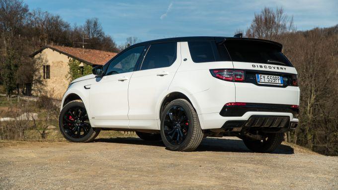 Land Rover Discovery Sport: il SUV inglese cambia il look anche dietro