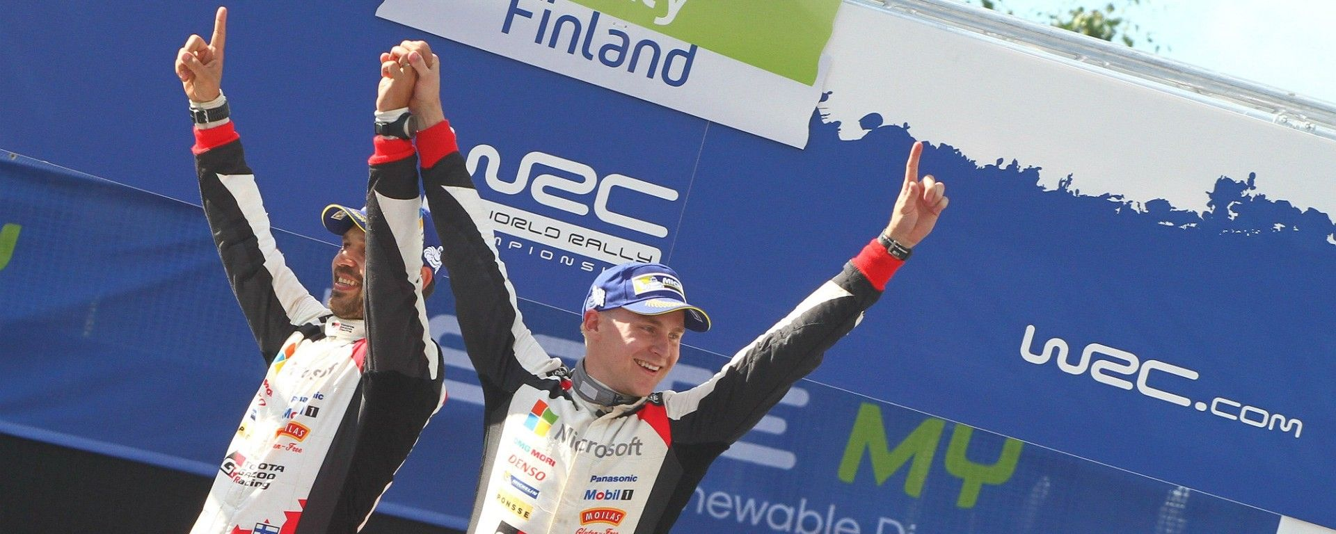 Lappi e il suo copilota sul podio del Rally di Finlandia 2017