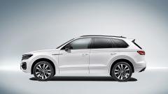 L'asse posteriore della nuova Volkswagen Touareg gira controfase fino ai 37 km/h, allineandosi invece a quello anteriore di 37 k