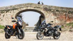 Lassù dal ponte BMW R 1200 GS Exclusive e KTM 1290 Super Adventure-S sono belle entrambe...