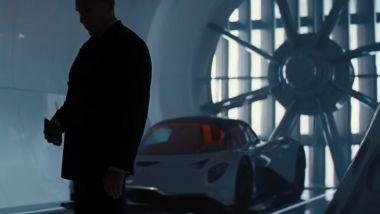 L'Aston Martin Valhalla alle spalle dell'agente M
